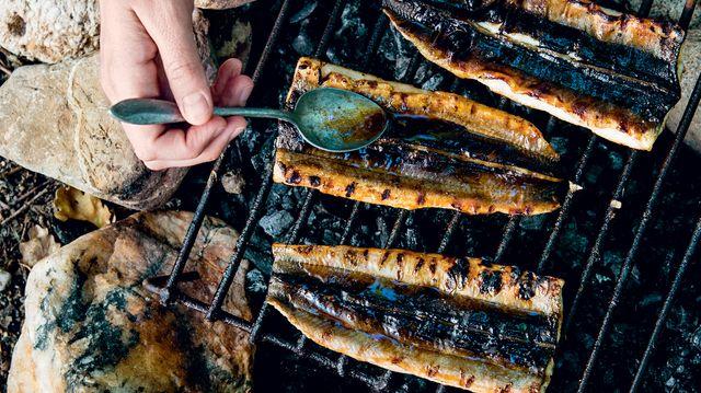 Recette des Anguilles grillées au poires tirées de Banquet gaulois : 70 recettes venues directement de nos ancêtres... ou presque !