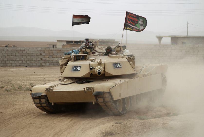 Un char des forces irakiennes avance vers Abu Shuwayhah, dans le sud de Mossoul (1er novembre 2016).