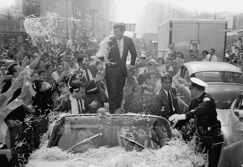 Le sénateur John F. Kennedy à Los Angeles, sous une pluie de confettis, le 1er novembre 1960