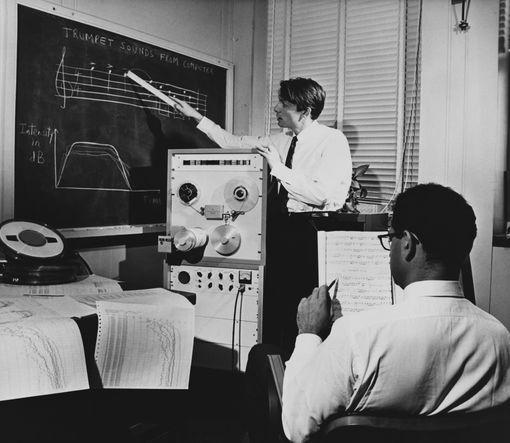 Jean Claude Risse dans un laboratoire de la compagnie Bell en train de suivre une composition pour trompette d' Henry Purcell interprétée par un ordinateur