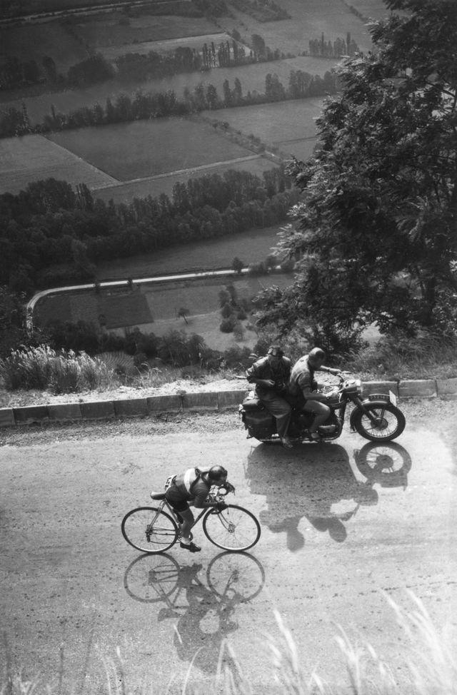 Photo prise le 4 juillet 1952 du cycliste Jean Robic dans la montée de l'Alpe d'Huez lors de la 10ème étape, Lausanne-Alpe d'Huez, du Tour de France 1952