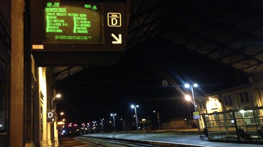 Tableau d'affichage d'un TER en retard en gare de Périgueux