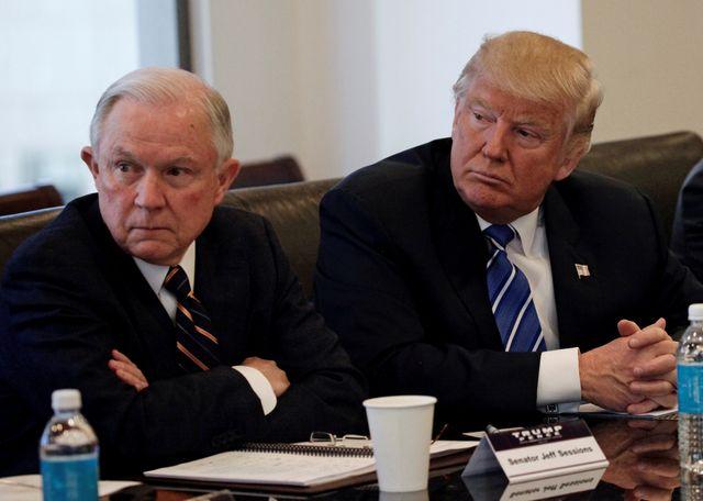 Le sénateur Jeff Sessions aux cotés de Donald Trump en octobre.