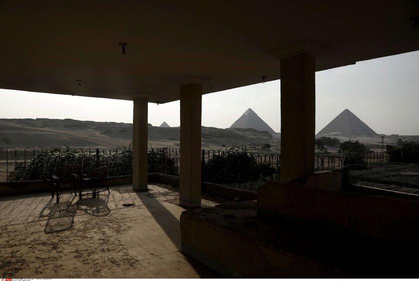 Un café en faillite près des pyramide de Gizeh