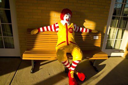 Statue de Ronald Mc Donald devant un fast food du même nom