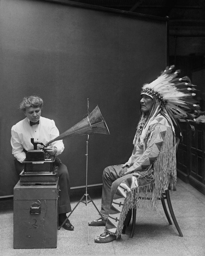 L'ethnologue Frances Densmore et le chef indien « Moutain Chief » en 1916