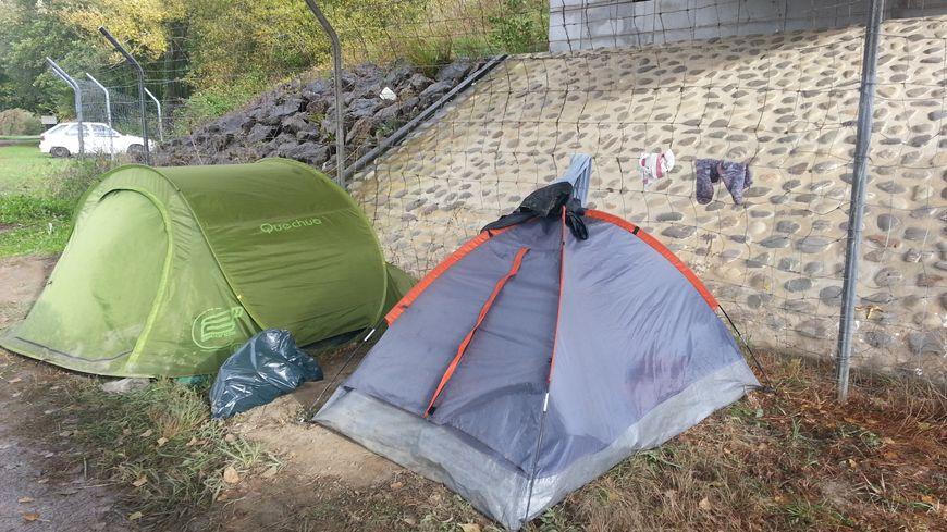Des tentes sous un pont pour Diana et son ami Hector