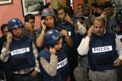Des journalistes palestiniens se réfugient à l'intérieur du siège de l'agence de presse Ramatan.