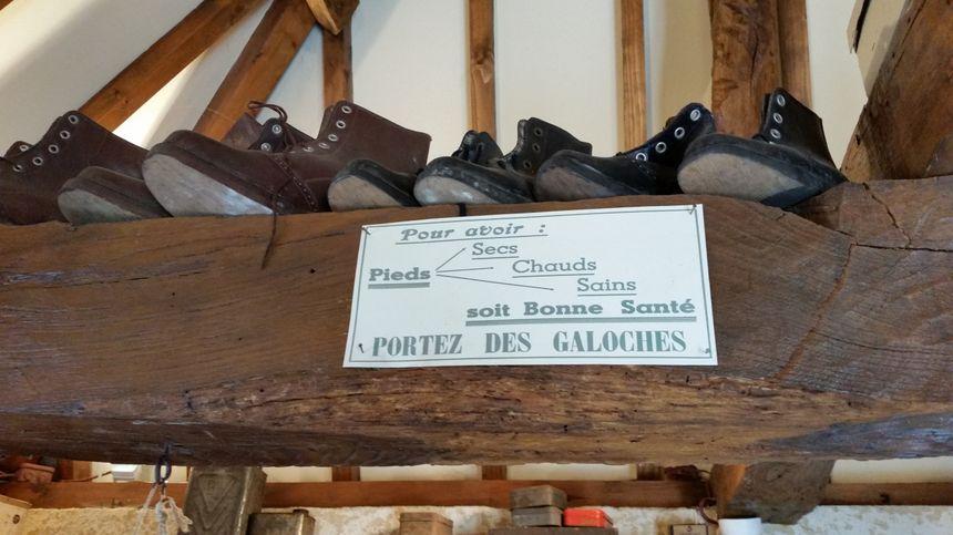 Les bienfaits des galoches affichés à l'atelier du galochier, à Virieu