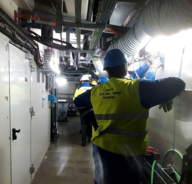 Un véritable labyrinthe de câbles électriques et de tuyaux