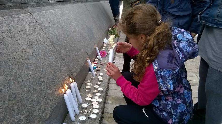 Beaucoup d'enfants étaient venus allumer des bougies et déposer des dessins à Orléans