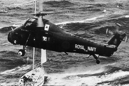 Un hélicoptère de la Royal Navy sauve l'équipage du yacht Camargue après la catastrophique course de yachts Fastnet.