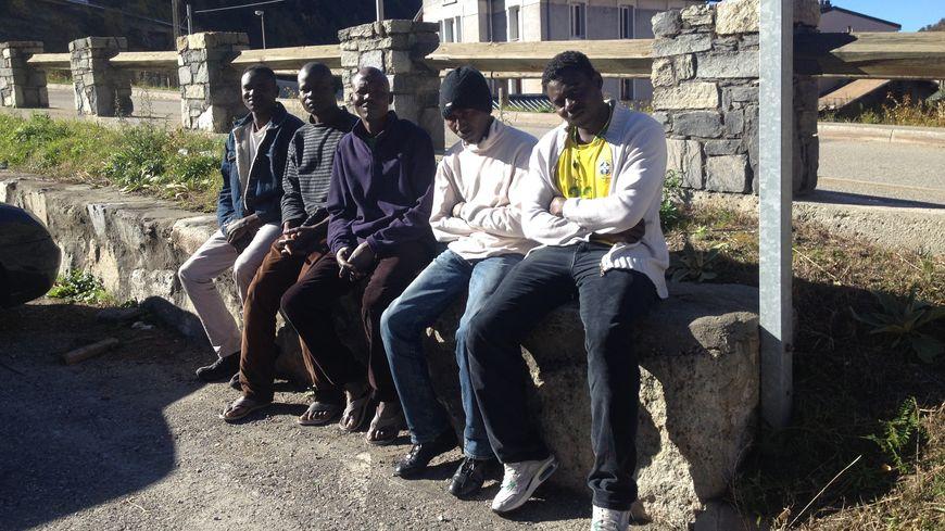 Ces cinq Soudanais apprécient la vue sur les montagnes. Ils sont arrivés à Fourneaux fin octobre.