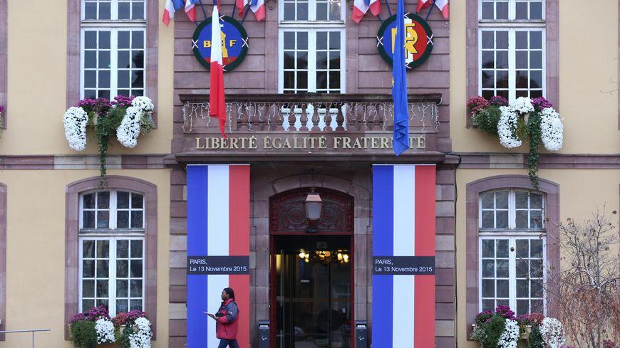 La mairie de Belfort le 27 novembre 2015 aux couleurs de la France en hommage aux victimes des attentats de Paris.