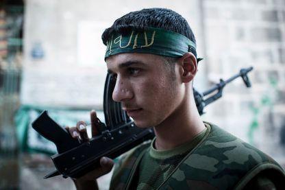 Un combattant FSA dans les rues de la vieille citadelle d'Alep, le 20 août 2012 à Alep, en Syrie.