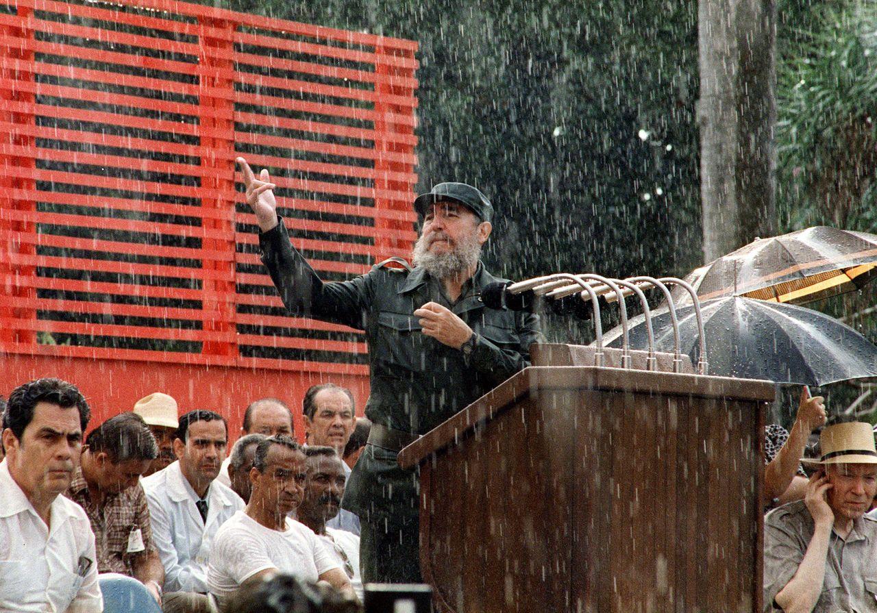 Fidel Castro donne un discours sur une pluie intense, en juin 1989 à la Havane