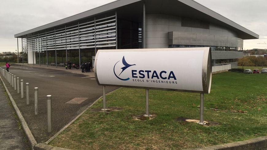 Le parvis de l'ESTACA à Laval