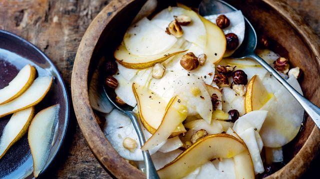 Recette de la salade de chou rave poires et noisettes tirée de Banquet gaulois : 70 recettes venues directement de nos ancêtres... ou presque !