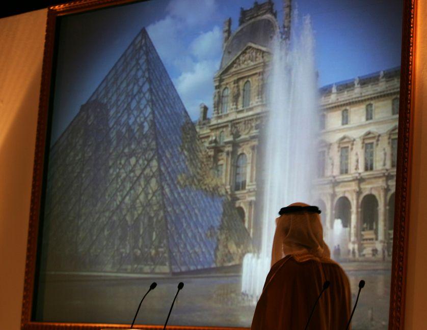 Le directeur de l'autorité du tourisme d'Abu Dhabi observe une photo du musée du Louvre de Paris