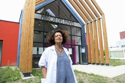 """Chef de service de la Maternité de l'hôpital à Saint-Denis, le doctor Ghada Hatem-Gantzer pose devant la nouvelle """"Maison des Femmes"""", 5 août 2016, Saint Denis."""