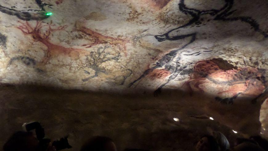 L'entrée de la grotte de Lascaux IV est similaire à celle de Lascaux II.