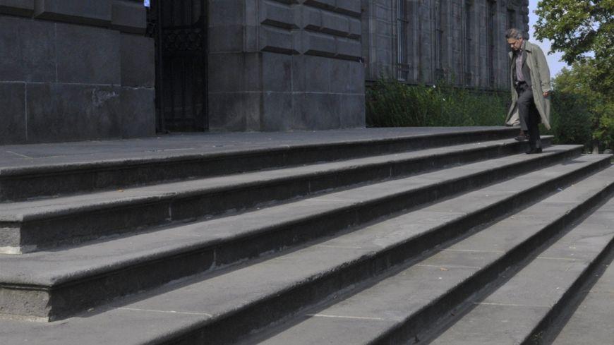 Le père d'Agnès Marin devant le tribunal de Riom, dans le Puy-de-Dôme.