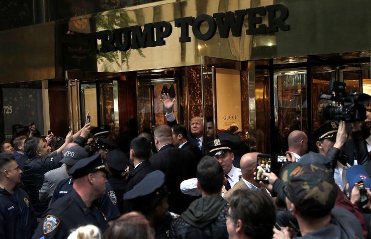 Donald Trump en bas de la Trump tower à New York, le 8 octobre 2016