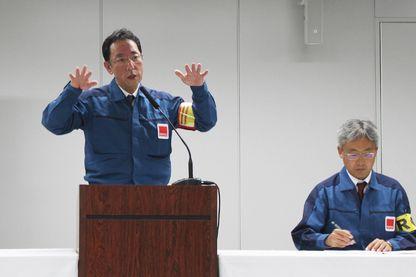 Naohiro Masuda (à gauche), leader de la Compagnie d'ingénierie de décontamination et de déclassement de la centrale nucléaire Fukushima Daiichi, explique la situation suite au tremblement de terre qui a frappé la région le 22 novembre 2016.