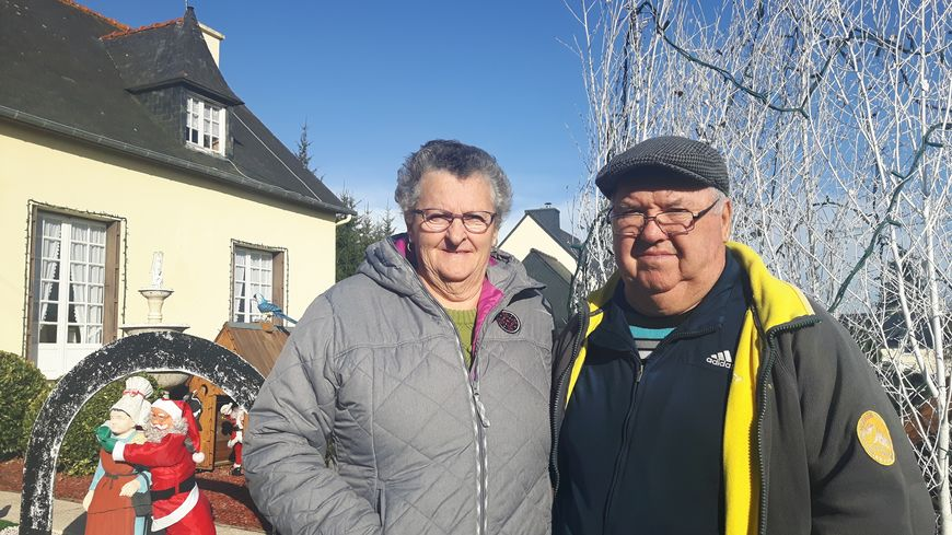 Maryvonne et Honoré Basset devant leur maison à Quessoy