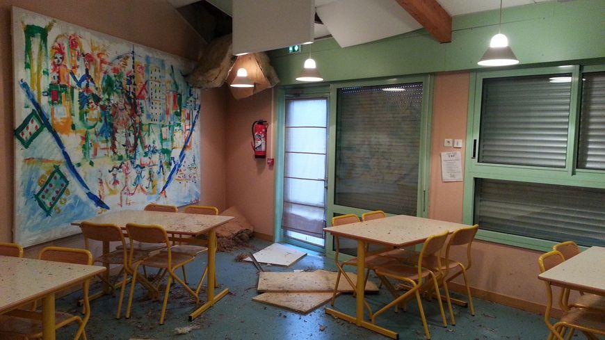 une des salles de classe de l'école endommagée par la tornade