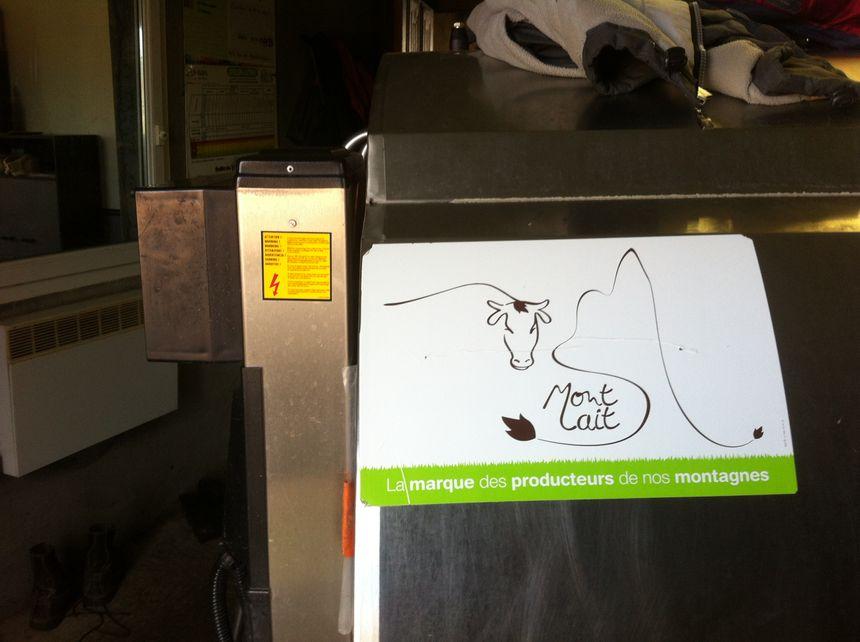 Le tank à lait de la marque Mon Lait dans la laiterie d'Eric Germeain au Vernet La Varenne