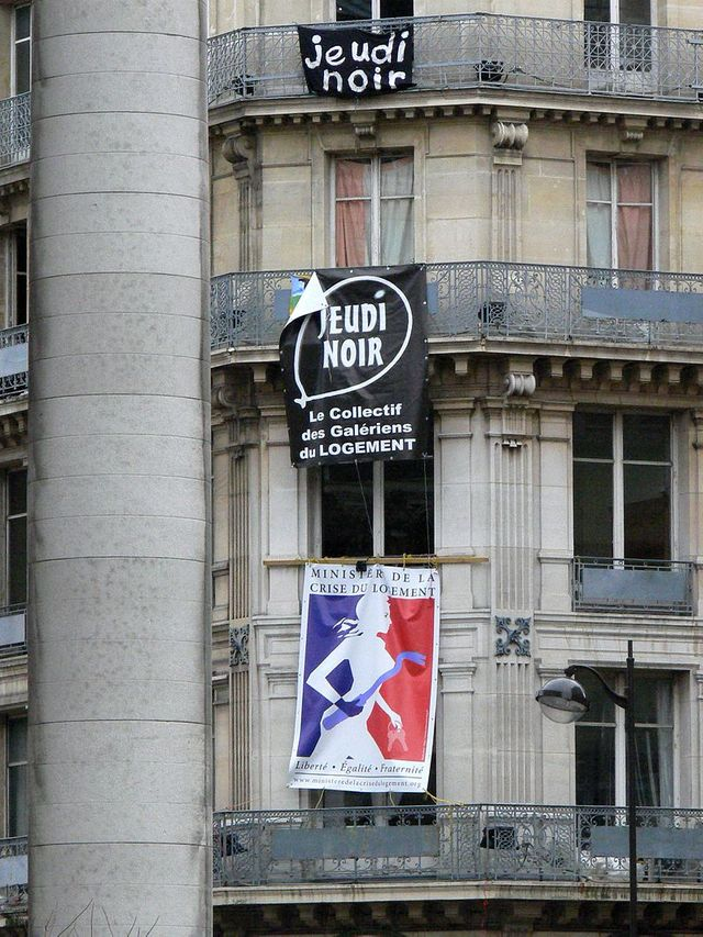 Banderoles Jeudi Noir près de la place de la Bourse à Paris