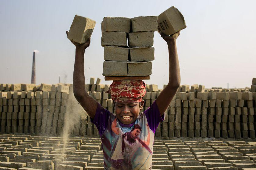 Sajib, enfant de 12 ans, travaille à une fabrique de briques à Dacca au Bangladesh
