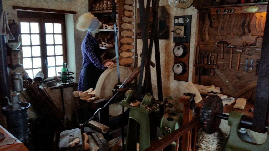 Les machines à l'atelier du galochier à Virieu sur Bourbre