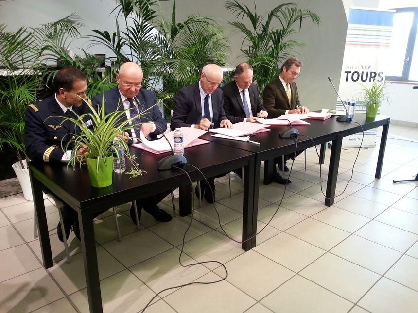 Maire, délégué interministériel et préfet signent la cession officielle du site à la ville de Tours
