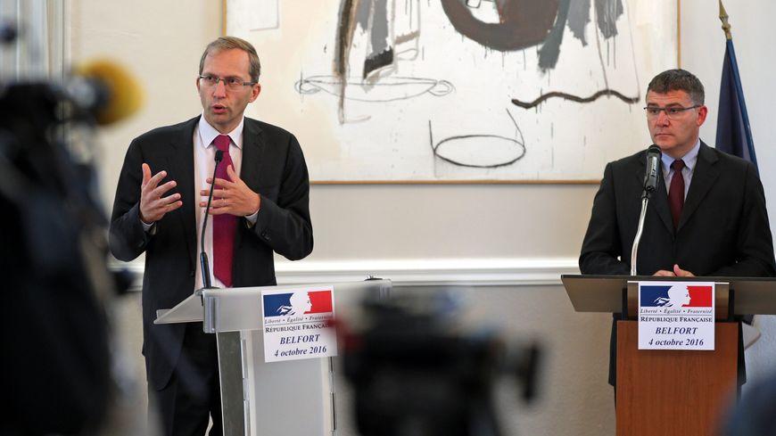 Henri Poupart-Lafarge, le PDG d'Alstom, et Christophe Sirugue, le secrétaire d'Etat à l'Industrie, lors de l'annonce du plan de sauvetage d'Alstom Belfort le 4 octobre 2016.