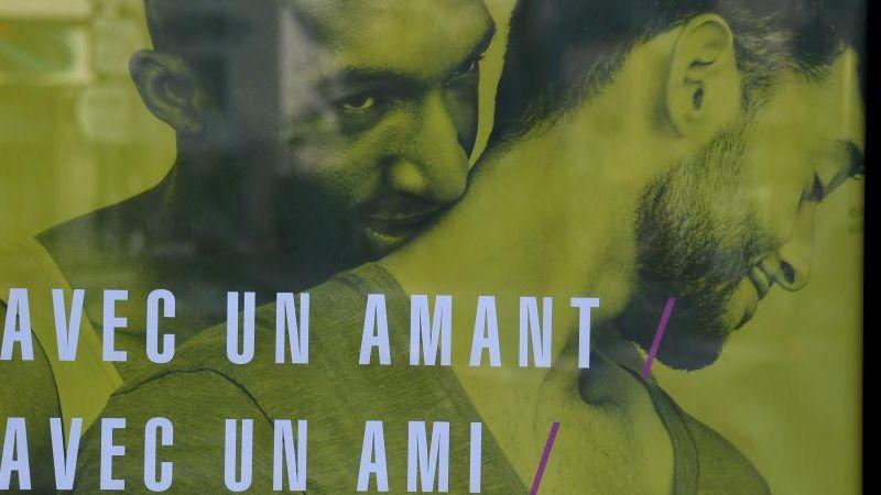 Affiche de la campagne de prévention contre le sida, au cœur de la polémique, dégradée et même censurée par certains maires.
