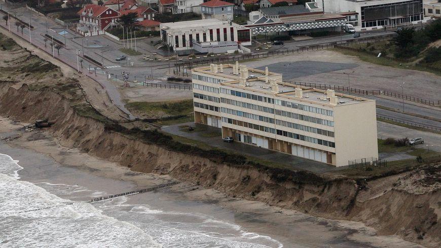 L'immeuble Le Signal menacé par l'érosion dunaire et évacué en 2014.