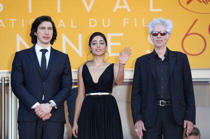 """Jim Jarmusch avec les acteurs de son film """"Paterson"""" Golshifteh Farahani et Adam Driver à Cannes le 16 mai 2016"""