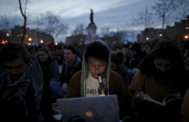 """Manifestants du mouvement """"Nuit Debout"""" place de la République à Paris (France) contre la proposition de loi travail, 12 avril 2016."""