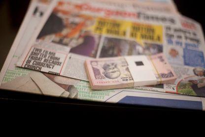 Le Premier ministre Indien Modi annonce le changement de la monnaie indienne du jour au lendemain pour lutter contre la corruption. Les billets de 500 et 1000 roupies ne sont plus valables.