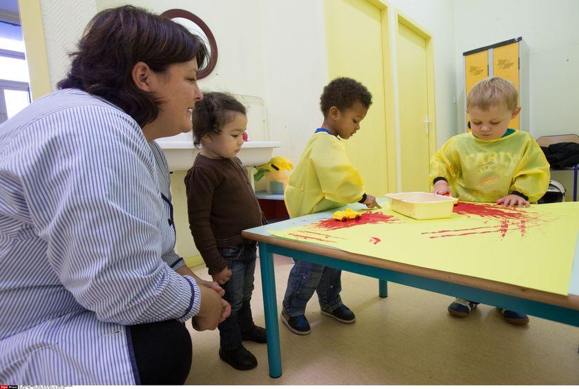 Scolarisation des moins de trois ans, une ATSEM dans une école maternelle