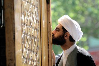 Chez les chiites, on vénére le saints comme cet homme à l'entrée d'une célèbre école de théologie en Iran.