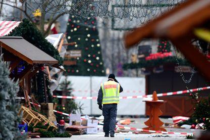 Le marché de Noël près de l'église Kaiser-Wilhelm-Gedaechtniskirche, au lendemain d'une attaque terroriste, dans le centre de Berlin, le 20 décembre 2016