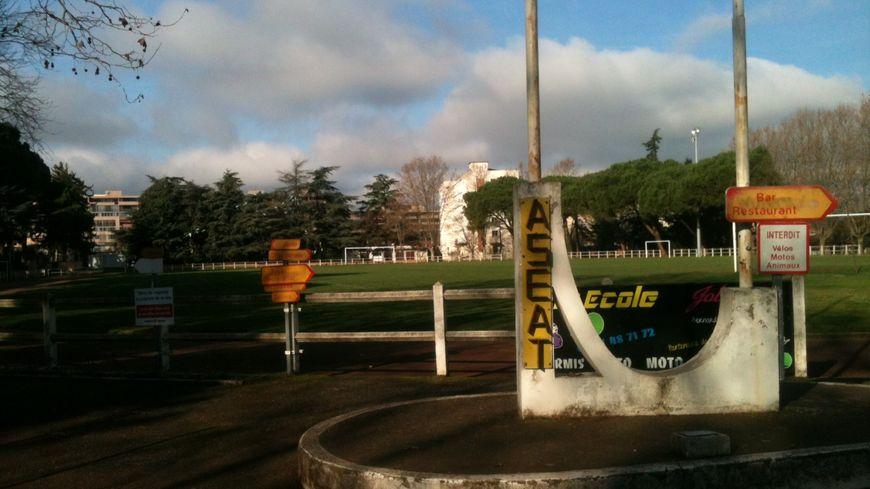 Le terrain de foot et la piste d'athlétisme de l'ex-CEAT où s'entraînent les sportifs de l'A.S.E.A.T.