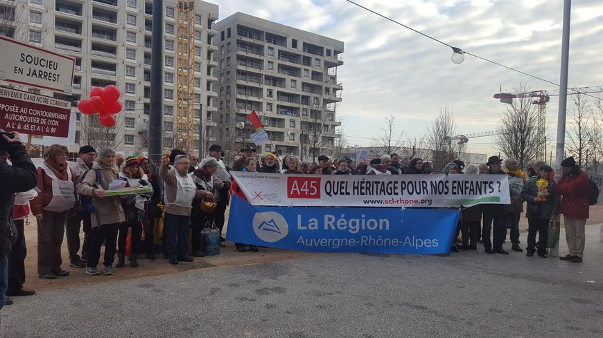 Une cinquantaine de manifestants à Lyon devant l'hôtel de région