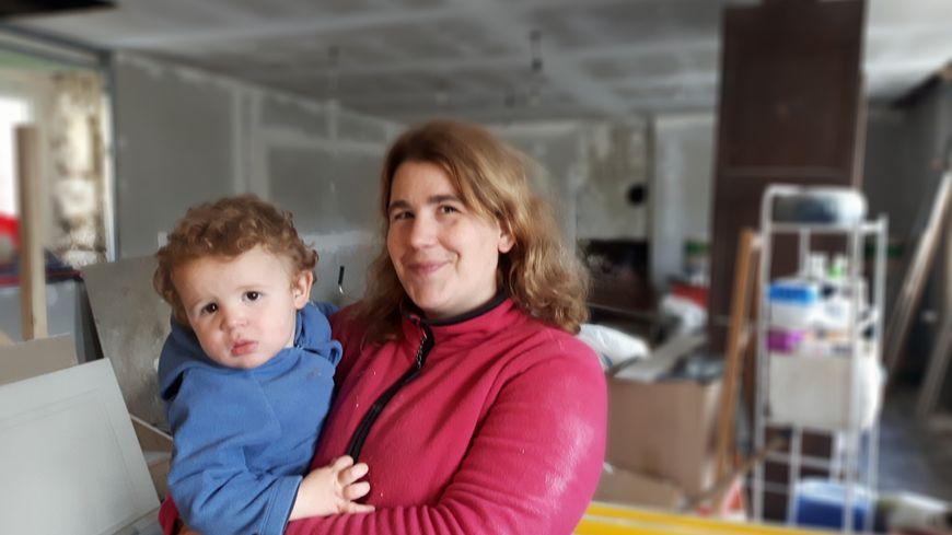 Ophélie Schwartz avec son petit dernier Benjamin au mois d'octobre dans la maison en rénovation