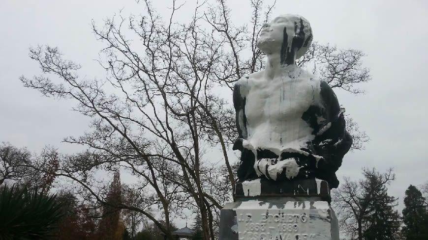 Un pot de peinture blanche a été versé sur la tête du buste d'esclave