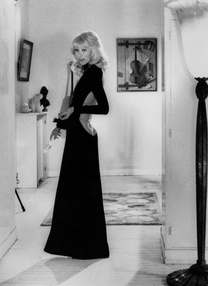 """Mireille Darc dans """"Le Grand Blond avec une chaussure noire"""" d'Yves Robert Robe de Guy Laroche 1973 appartenant au musée des Arts décoratifs, Paris"""
