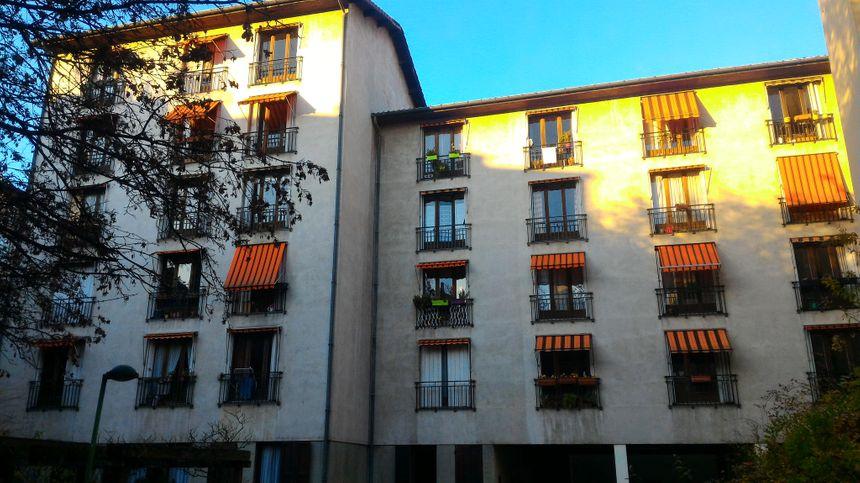 Le foyer est trop proche d'autres immeubles selon un rapport d'experts, le risque de propagation d'incendie est trop important.